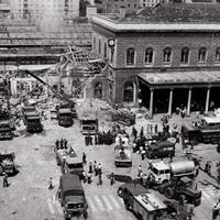 I mezzi di soccorso giungono davanti alla stazione pochi minuti dopo l'esplosione (Ansa)