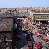 Foto panoramica del Piazzale della Stazione durante le fasi di soccorso (Associazione tra i familiari delle vittime della strage della stazione di Bologna)