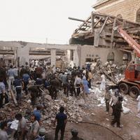 I soccorritori di fronte alle macerie della sala d'aspetto (Angelo Palma, A3/Contrasto)
