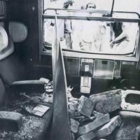 Uno scompartimento del treno fermo al primo binario, coinvolto nell'esplosione
