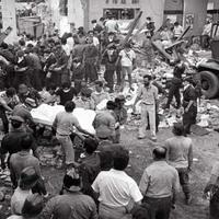 I soccorritori trasportano i feriti mentre continua la rimozione delle macerie alla ricerca di ulteriori vittime (Paolo Ferrari - Genus Bononiae)