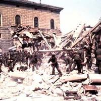 Personale dell'Esercito interviene in aiuto ai soccorritori sul luogo della strage (Associazione tra i familiari delle vittime della strage della stazione di Bologna)