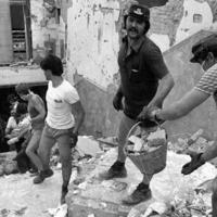 Lavoratori FS e volontari all'opera per liberare il sottopasso dalle macerie (Associazione tra i familiari delle vittime della strage della stazione di Bologna)