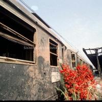 Fiori deposti davanti alla carrozza del treno in sosta al binario 1 coinvolto nello scoppio (Associazione tra i familiari delle vittime della strage della stazione di Bologna)