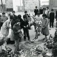 Un gruppo di bambini visita il luogo della strage, deponendo fiori (Fondazione Gramsci Emilia Romagna)