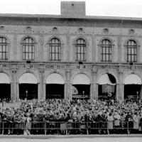 I funerali di Graziella Fava, la folla in attesa del feretro in piazza Maggiore (sito Regione Emilia-Romagna)