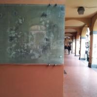 La teca con i fori di proiettile in via Mascarella