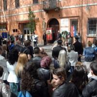 La cittadinanza ricorda Roberto Ruffilli di fronte alla sua abitazione in corso Diaz a Forlì (Foto Frasca)