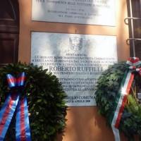 Le corone di alloro poste sotto le targhe commemorative apposte sul muro dell'abitazione del sen. Ruffilli a Forlì