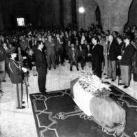 Il feretro nella camera ardente allestita nella chiesa di S. Mercuriale a Forlì.