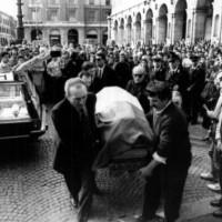 Il feretro del senatore Ruffilli avvolto nel Tricolore viene portato nella chiesa di S. Mercuriale a Forlì (Ansa)