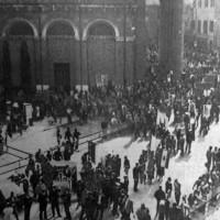 La folla in attesa fuori dal Duomo di Forlì nel giorno del funerale (Resto del Carlino)