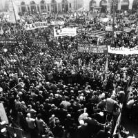 Piazza Saffi a Forlì, la cittadinanza e le rappresentanze dei lavoratori forlivesi manifestano contro il ritorno della violenza terroristica e rendono omaggio al sen. Ruffilli