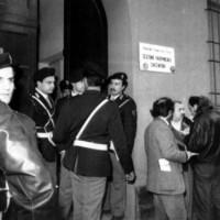 Le forze dell'ordine presidiano l'abitazione del sen. Ruffilli dove viene rinvenuto il corpo senza vita dello statista (Ansa)
