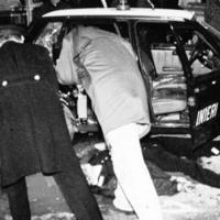 Gli investigatori sul corpo di una delle vittime