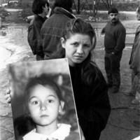 L'immagine di una bambina ferita durante l'assalto al campo nomadi di via Gobetti, nella periferia di Bologna, 23 dicembre 1990