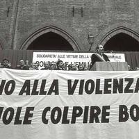 Una manifestazione a Bologna contro la spirale di violenza che aveva colpito la città