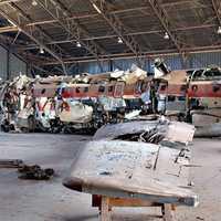 l'ala e la fusoliera del DC9 nell'hangar di Pratica di Mare (Roma)