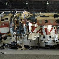 Il relitto del dc9 Itavia ricostruito nell'hangar di Pratica di Mare (Roma) - (Archivio Stragi80)