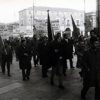 """In seguito all'uccisione, il 4 febbraio 1971, a Catanzaro, dell'operaio antifascista Giuseppe Malacaria e il ferimento di altre 14 persone con il lancio di quattro bombe a mano da parte di estremisti """"neri"""", la città di Forlì si mobilita. Il mattino del 5 febbraio gli studenti di Forlì scendono in sciopero e manifestano per le vie cittadine, nel pomeriggio si mobilitano i lavoratori (Minisci)"""