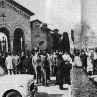 Cimitero di Predappio, aprile 1971. Intorno alla ricorrenza del 25 aprile (Festa della Liberazione dal nazifascismo) sale la tensione a Forlì e Predappio. L'annunciato arrivo, nella città natale del Duce, di oltre duecento pullman e migliaia di persone nella giornata del 28 aprile (ricorrenza della uccisione per mano partigiana di Mussolini) mobilita i comitati antifascisti che predispongono presidi  e invitano i cittadini alla vigilanza e alla mobilitazione antifascista.