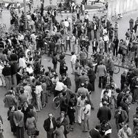 Forlì, 9 maggio 1978.La tragica notizia del barbaro assassinio dell'onorevole  Aldo Moro giunge in città mentre è riunito il Consiglio provinciale. Il Consiglio viene sospeso e una sua delegazione si reca nella sede del Comitato provinciale della DC mentre, nel frattempo si era riunito il Comitato per l'emergenza. I lavoratori del forlivese scendono in sciopero e piazza Saffi, alle 17:30 è gremita di persone, si abbassano le saracinesche dei negozi. (Minisci)