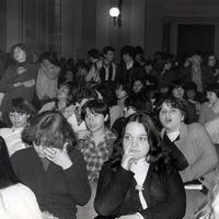 """Forlì, 10 maggio 1978. Per le ore 09:00 è convocato il Consiglio Comunale straordinario con all'ordine del giorno """"La risposta delle istituzioni repubblicane all'assassinio dell'onorevole Aldo Moro"""".  Il salone comunale non riesce a contenere la folla di cittadini. (Minisci)"""